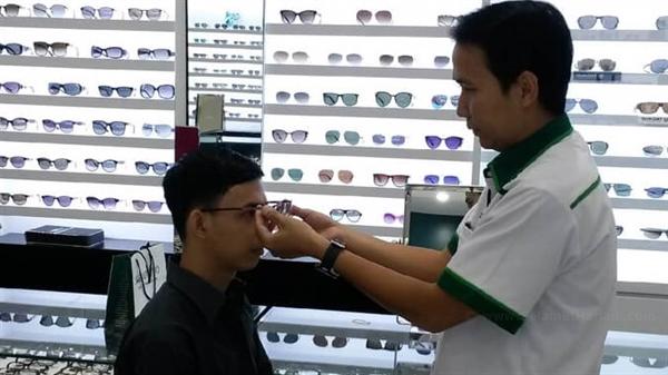 Pilihan Kacamata Berkualitas dan Pelayanan Terbaik di Optik Tunggal www.selamethariadi.com